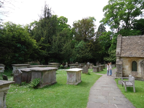 Túmulos ao lado da igrejinha de Castle Combe